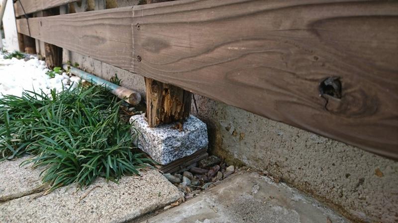 大田区池上の植木屋の焼き杉による木製フェンス設置、防腐処理された杉材