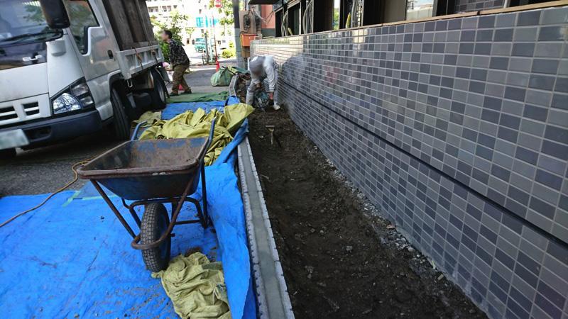 ハツリ機(電動ハンマー)を使って固結土壌を解しながら掘り上げ、ダンプに積み込み